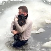 Um homem vê um filhote de cão pedindo socorro nas águas congeladas e arrisca sua vida para salvá-lo