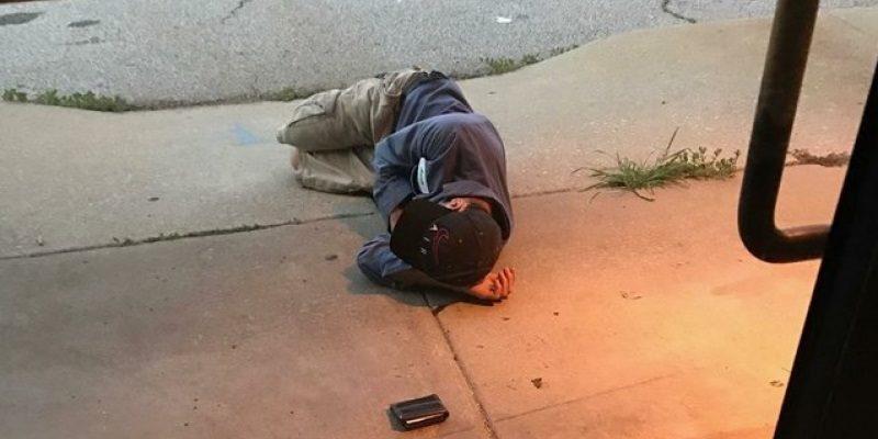 Morador de rua passa a noite na porta do canil na esperança de encontrar seu cão