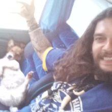 """Homem paga uma passagem extra de ônibus para viajar """"tranquilo"""" com seu cão"""