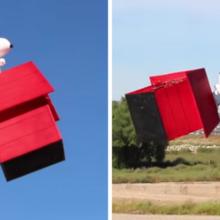 Um drone modificado parece um Snoopy voando sobre sua casinha de cachorro