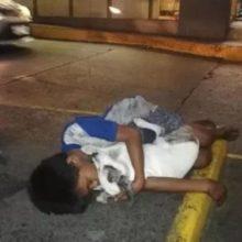 A foto do garoto que dorme na rua abraçando seu cachorro, sua única família