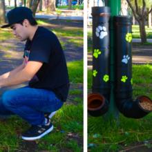 Um jovem instalou comedouros e bebedouros para cachorros de rua