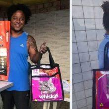 Homem faz bolsas ecológicas de sacos de ração e usa renda para alimentar gatos e cães abandonados