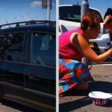 Homem quebra janela do carro no sol para salvar cão preso