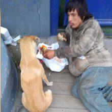 Um morador de rua compartilhou com seu cão a pouca comida que ele tem