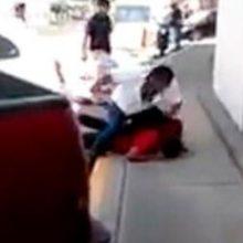Homem não aguentou ver sujeito chutando um cão de rua e partiu para cima