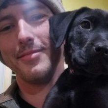 Homem surdo adota cachorrinho surdo e lhe ensina linguagem dos sinais