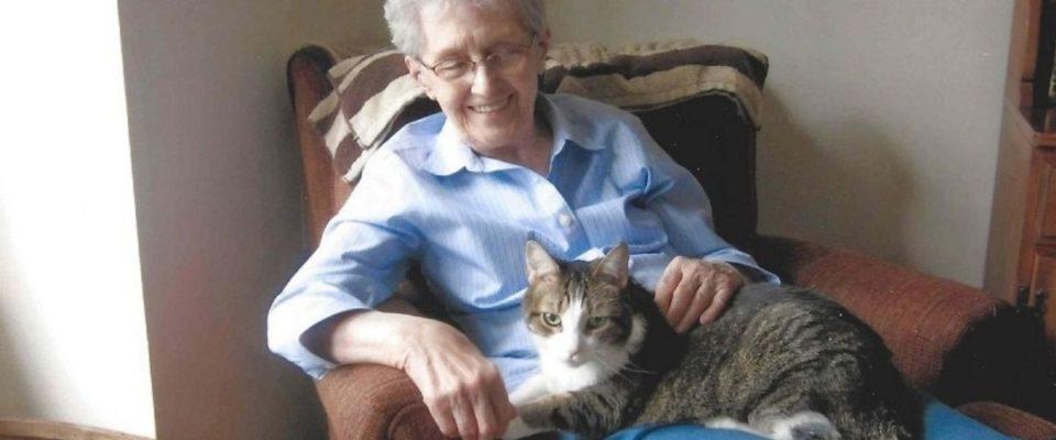 Mulher idosa e seu gato eram tão inseparáveis que morreram no mesmo dia
