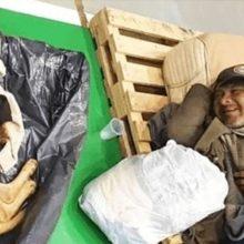 Morador de rua abre um sorriso depois de ser levado para um abrigo junto com seu cachorro