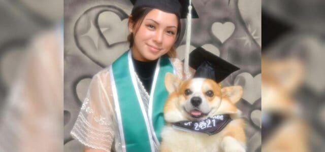 Aluna faz uma sessão de fotos de formatura com o cachorro que a ajudou