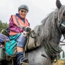 Mulher de 80 anos embarca em uma jornada anual de cavalo com seu cachorro deficiente junto para o passeio