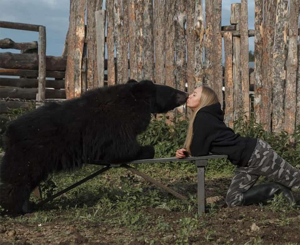 Mulher russa resgatou um urso 2