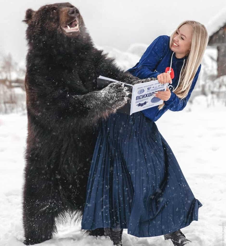 Mulher russa resgatou um urso 5